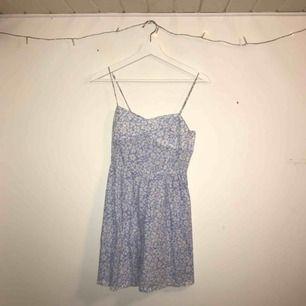 Supersöt blå klänning från hm. Säljer då den tyvärr är för liten på mig