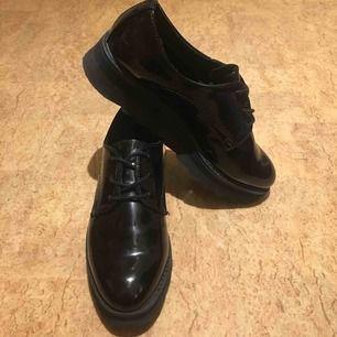 Säljer dessa shoesen från Nilssons shoe! Väl använda. Sulan är lite sne då jag går inåt med fötterna.  (Priset kan diskuteras)  Köparen står för frakten, men kan även mötas upp i Malmö.