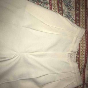 Supersnygga vita cigarett liknande byxor. Säljer då de tyvärr är lite för små i midjan.