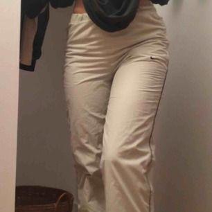 Skit snygga beiga med mörkblå Nike trackpants med fordring. Dom är i fint skick och har dragkejde fickor och dragkedja vid slutet. Det är XL i barnstorlek så ungefär S. Dom sitter bättre på en person med smalare ben än mig