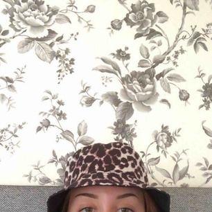 Leopardmönstrad badhatt som är köpt från vero moda för ett halvår sedan, bara använt ett fåtal gånger så den är i väldigt bra skick🤠🍾 (skriv för fler bilder)