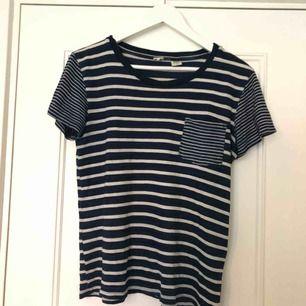 säljer en randig t-shirt från Levis då den bara ligger och dammar i garderoben. T-shirten är använd fåtal gånger och därför i mycket gott skick. T-shirten är i storlek S och köparen betalar för frakt