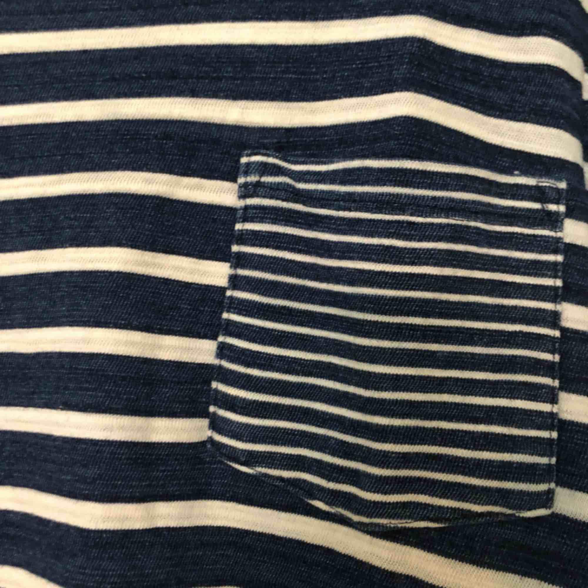 säljer en randig t-shirt från Levis då den bara ligger och dammar i garderoben. T-shirten är använd fåtal gånger och därför i mycket gott skick. T-shirten är i storlek S och köparen betalar för frakt. T-shirts.