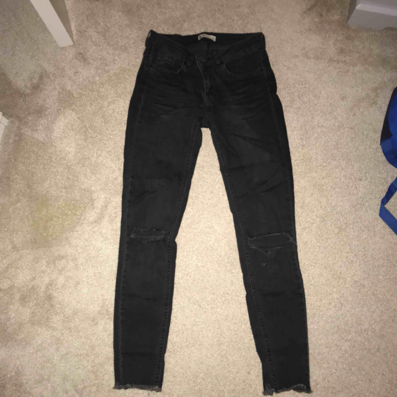 Ett par grå/svarta jeans med hål på knäna från Gina Tricot, storlek 36! Skitsnygga! 110kr inkl frakt ☺️☺️. Jeans & Byxor.