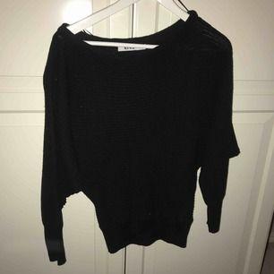 En svart stickad tröja som man kan dra ner lite över axeln från Nakd. Knappt använd så jättebra skick. Storlek S - 120kr exkl frakt. ☺️☺️