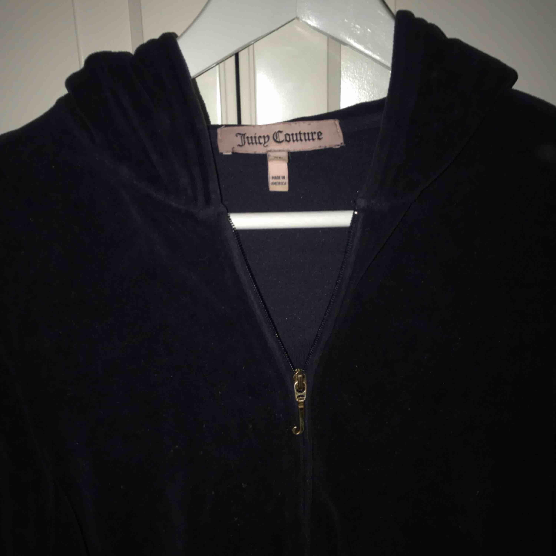 En mörkblå oanvänd huvtröja från Juicy Couture i storlek XL för barn så kanske S vuxenstorlek. Mörkblå sammetsmaterial med ett J på dragkedjan. Jättefin! 199kr exkl frakt, kan bli en billigare frakt vid snabb affär ☺️☺️. Tröjor & Koftor.