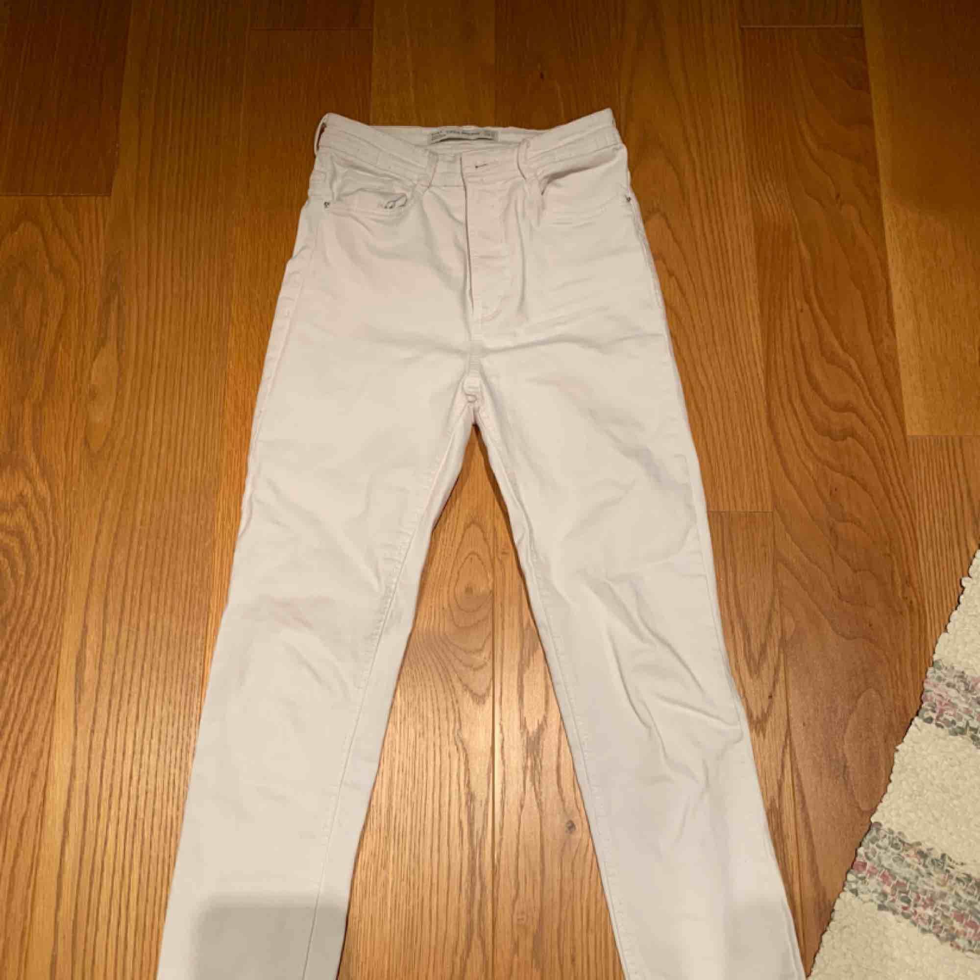 Vita jeans från zara endast använda 1 gång 💗 kan mötas upp i Stockholm eller frakta . Jeans & Byxor.