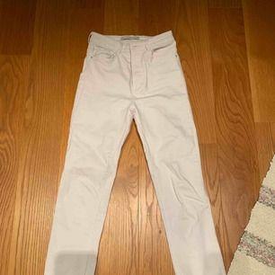 Vita jeans från zara endast använda 1 gång 💗 kan mötas upp i Stockholm eller frakta