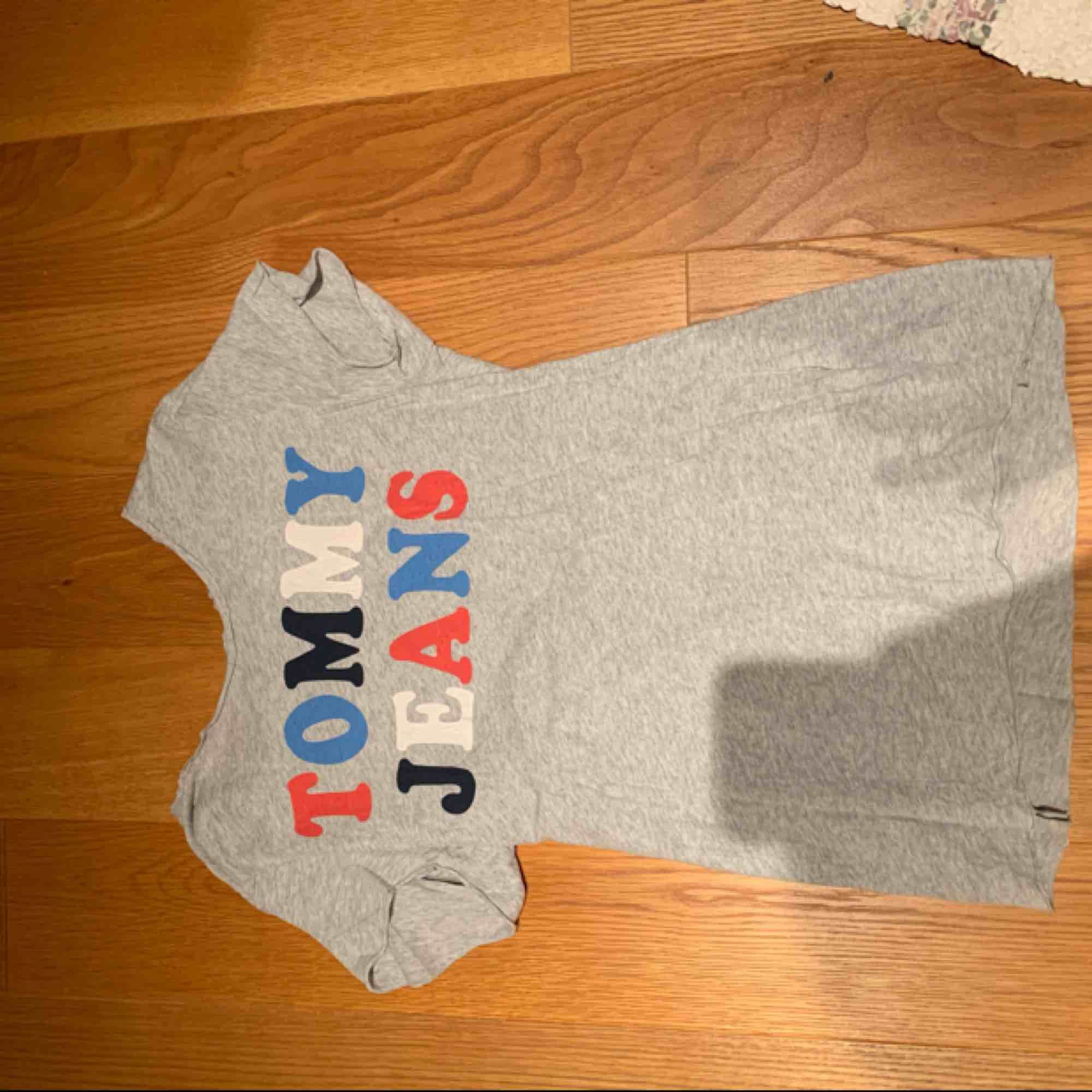 T-shirt från Tommy hilfiger köpt för några år sedan 💗 mycket bra skick då den endast används 2 ggr . Kan mötas i Stockholm eller frakta . T-shirts.
