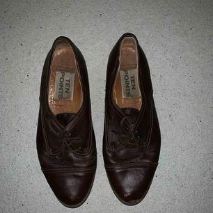 """Mörkbruna läderskor eller """"gubbskor"""".  Sitter som en smäck och är snyggt använda.  Köpte vintage för 6 år sen. Kan skicka fler bilder vid intresse"""