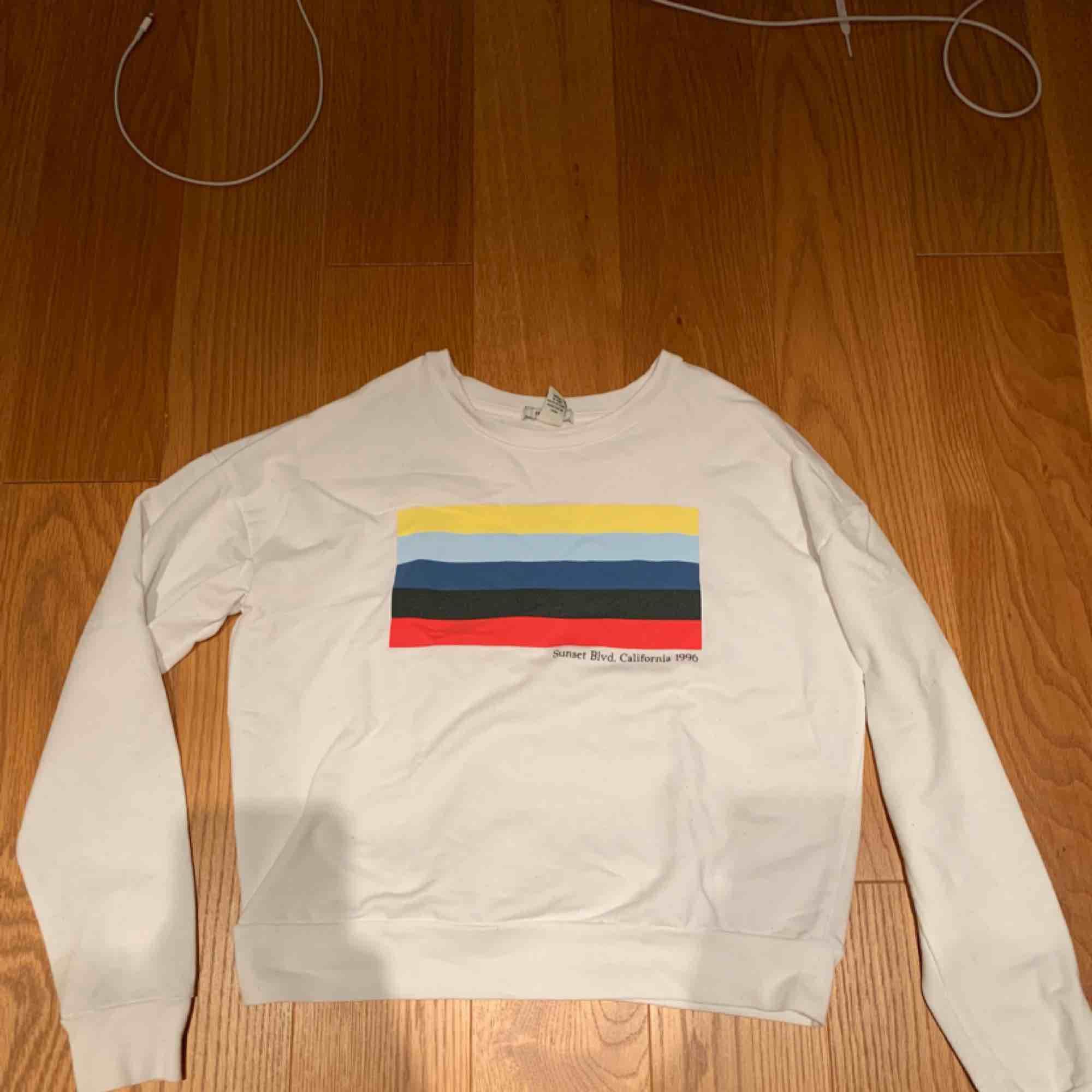 Tröja köpt för något år sedan men inte mim stil längre 💗 kan mötas upp i Stockholm eller frakta . Huvtröjor & Träningströjor.