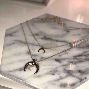 Populära halsband i guld från Na-kd!! Frakt ingår i priset 🥰