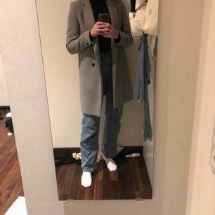 Jätte fin grå kappa från Zara! Passar perfekt till höst och vinter.  Köparen står för frakten😁