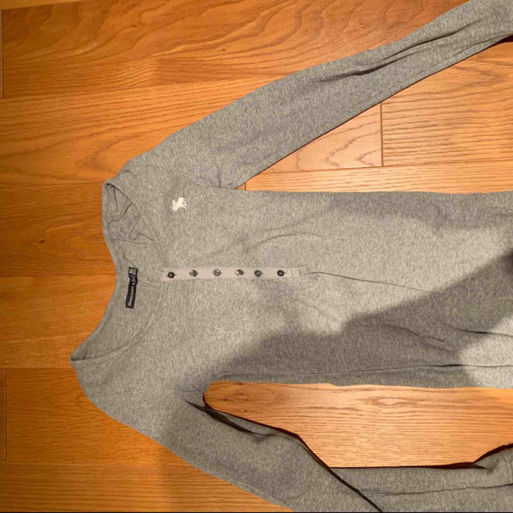 Långärmad tröja köpt för ett år sedan men för liten nu 💗 kan mötas upp i Stockholm eller fraktas . Toppar.