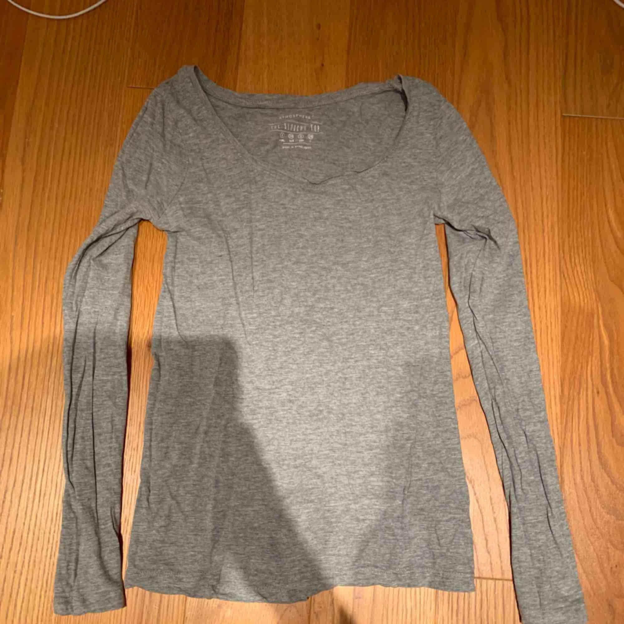 Grå basic tröja köpt förra året men i bra skick 💗 kan mötas upp i Stockholm eller frakta . Toppar.