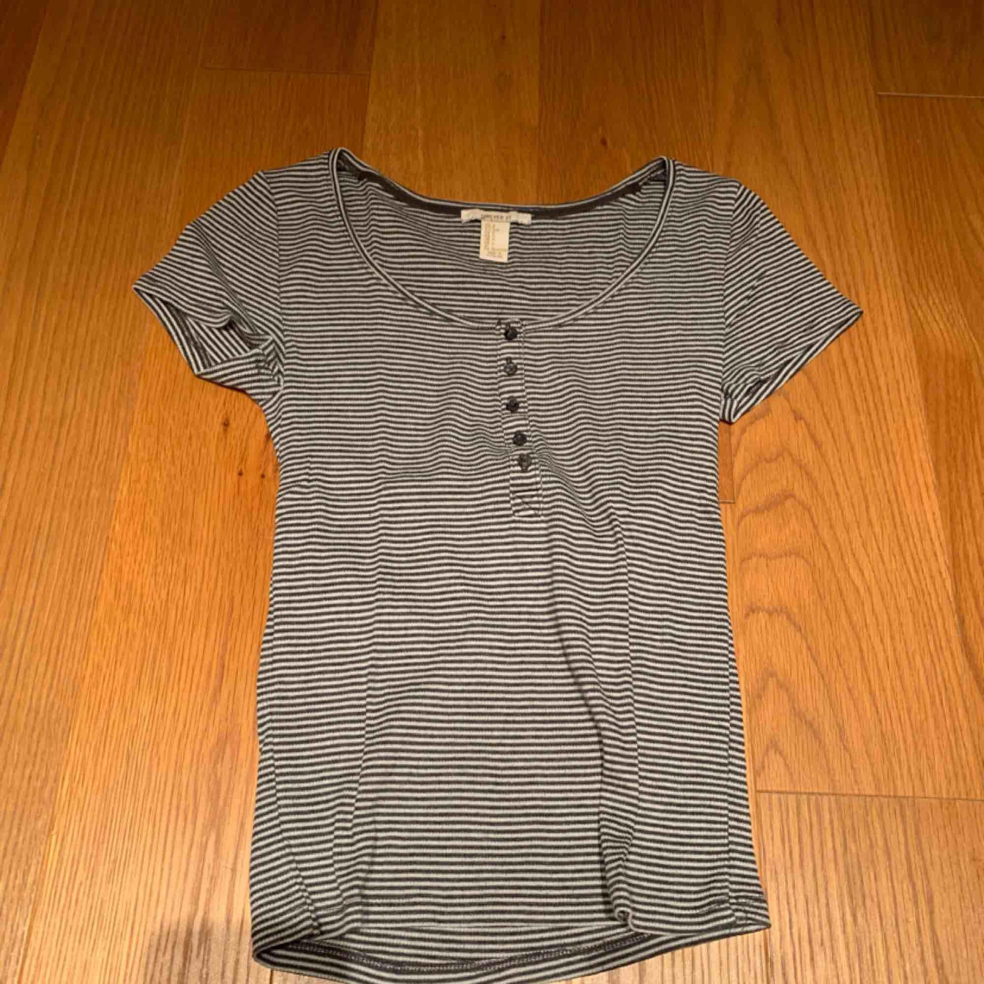 T-shirt köpt för några år sedan men bra skick 💗 kan mötas upp i Stockholm eller frakta . T-shirts.