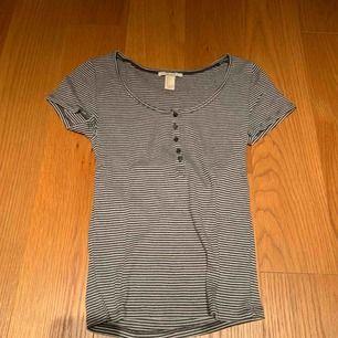 T-shirt köpt för några år sedan men bra skick 💗 kan mötas upp i Stockholm eller frakta