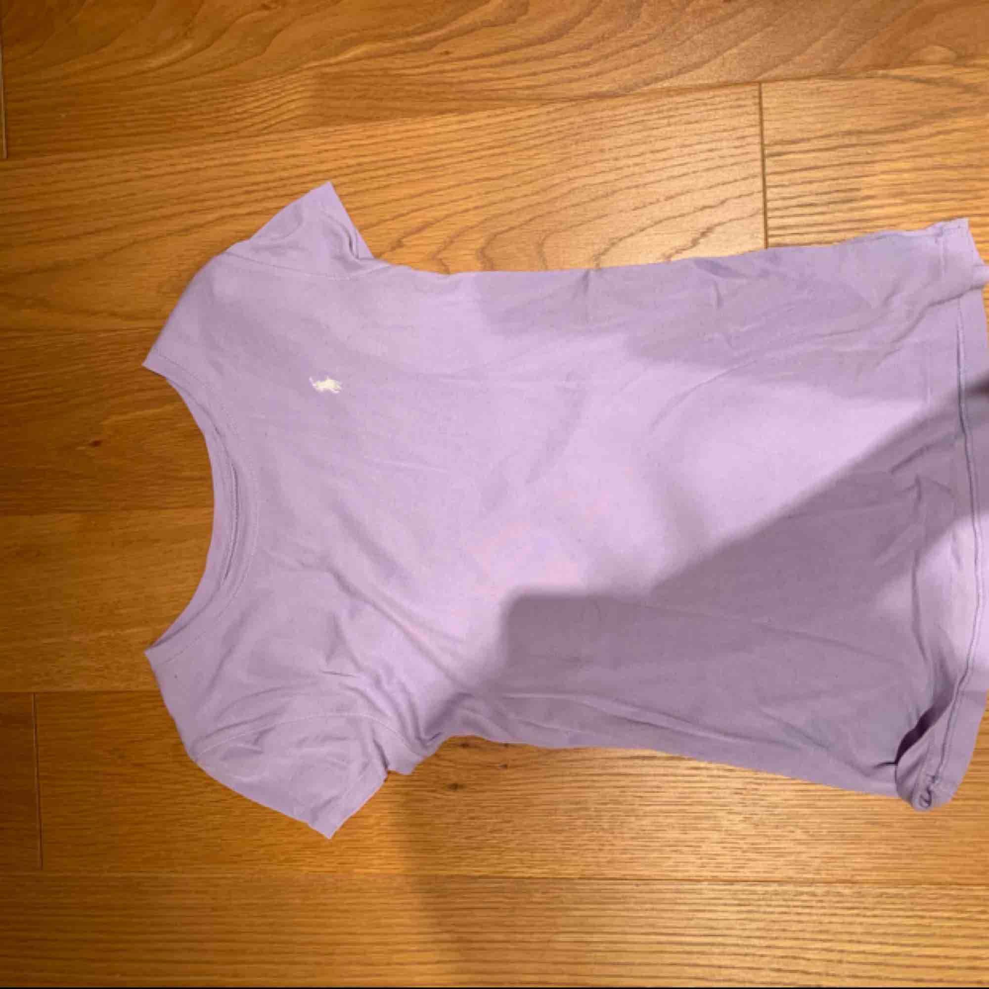 Köpt för ett år sedan, säljs för att den blivit för liten 💗 kan mötas upp i Stockholm eller frakta . T-shirts.