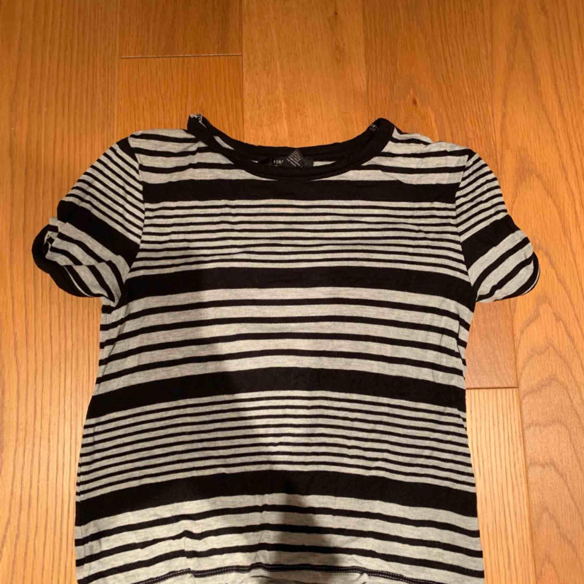 Köpt för ett år sedan , bra skick kan mötas i Stockholm eller frakta 💗. T-shirts.