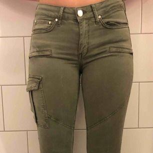 Gröna byxor från Gina tricot, bra skick, använda få gånger. Frakt står köparen för
