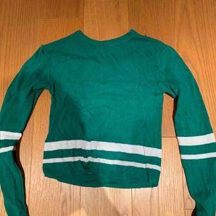 Cool tröja från pull and bear , tajt passform 💗 kan mötas upp i Stockholm eller frakta. Mycket grönare än bilden kan visa