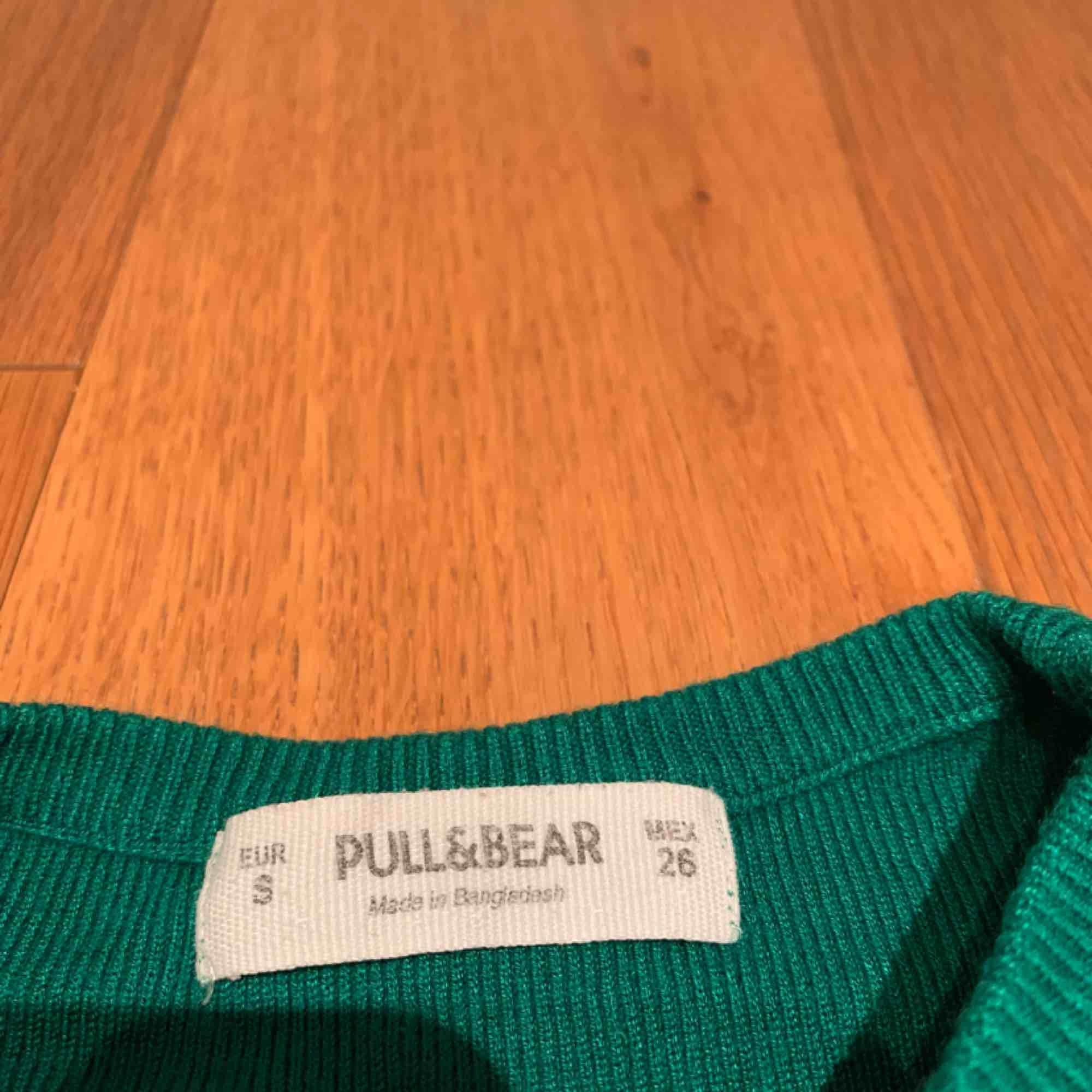 Cool tröja från pull and bear , tajt passform 💗 kan mötas upp i Stockholm eller frakta. Mycket grönare än bilden kan visa . Toppar.
