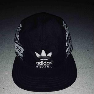 Adidas Originals keps. Går att ställa om storleken.  Passar vuxen/tonåring