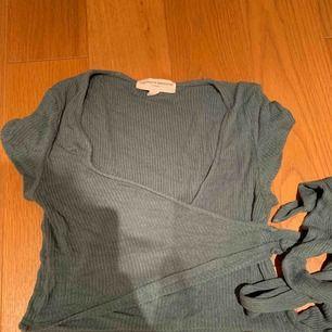 Skit gullig omlott tröja från urban outfitters 💗 kan fraktas eller mötas upp i Stockholm