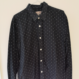 Långärmad skjorta från Carlings, svart med vita prickar. I bra skick.