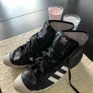 Adidas som är knapp använd storlek 38 passar även 37. Jag har för många skor och den här använd säkert en eller två gånger. original såklart köp för 699 frakt 69