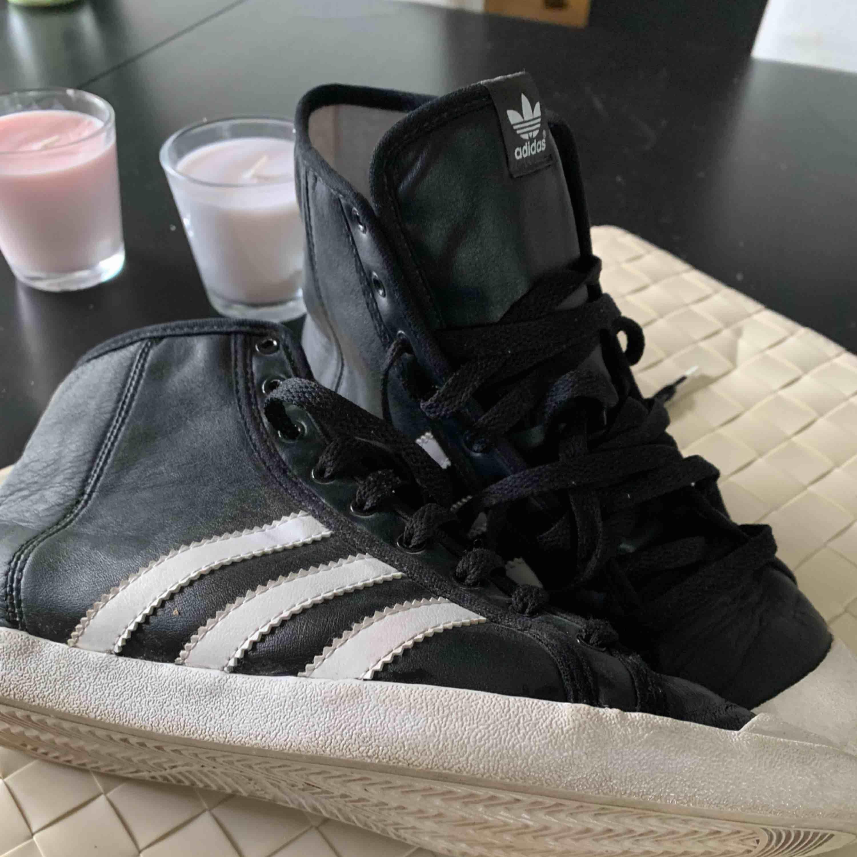 Adidas som är knapp använd storlek 38 passar även 37. Jag har för många skor och den här använd säkert en eller två gånger. original såklart köp för 699 frakt 69. Skor.