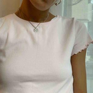 Jättesöt rosa t-shirt med volanger köpt på humana secondhand. Står ingen storlek men passar mig som är XS/S. Går att hämta på söder annars står köparen för frakt på 40 kr