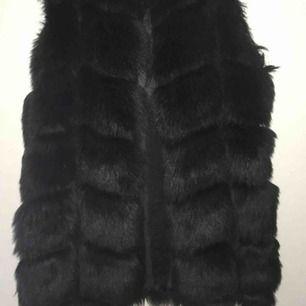 Mycket fin pälsväst i faux fur som ser ut som äkta päls, passar S men kan även passa M då den är lite stor i storleken.  Använd ett få tal gånger, då pälsen är i nyskick. :)