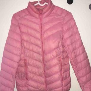 Säljer en fin rosa dunjacka i storlek XS/S Använd men väldigt sparsamt, jackan är i mycket bra skick. :)