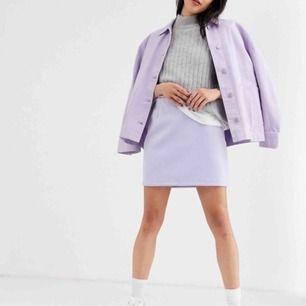 Kathy Mini Skirt från Weekday, helt ny!!! Aldrig använd för fick den av en kompis. 350 kr nypris! Köparen står för frakt på 50 kr, men går att hämtas på Söder också