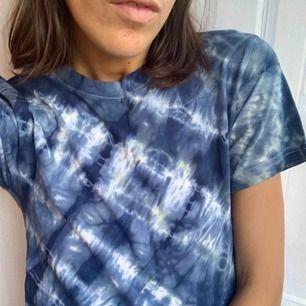 Tie dye / Batik Top, färgad av mig, men på en Weekday T-Shirt. Passar tight på mig och aldrig använd. Storlek XS (34) Går att hämtas på Söder, annars tillkommer frakt på 50 kr.