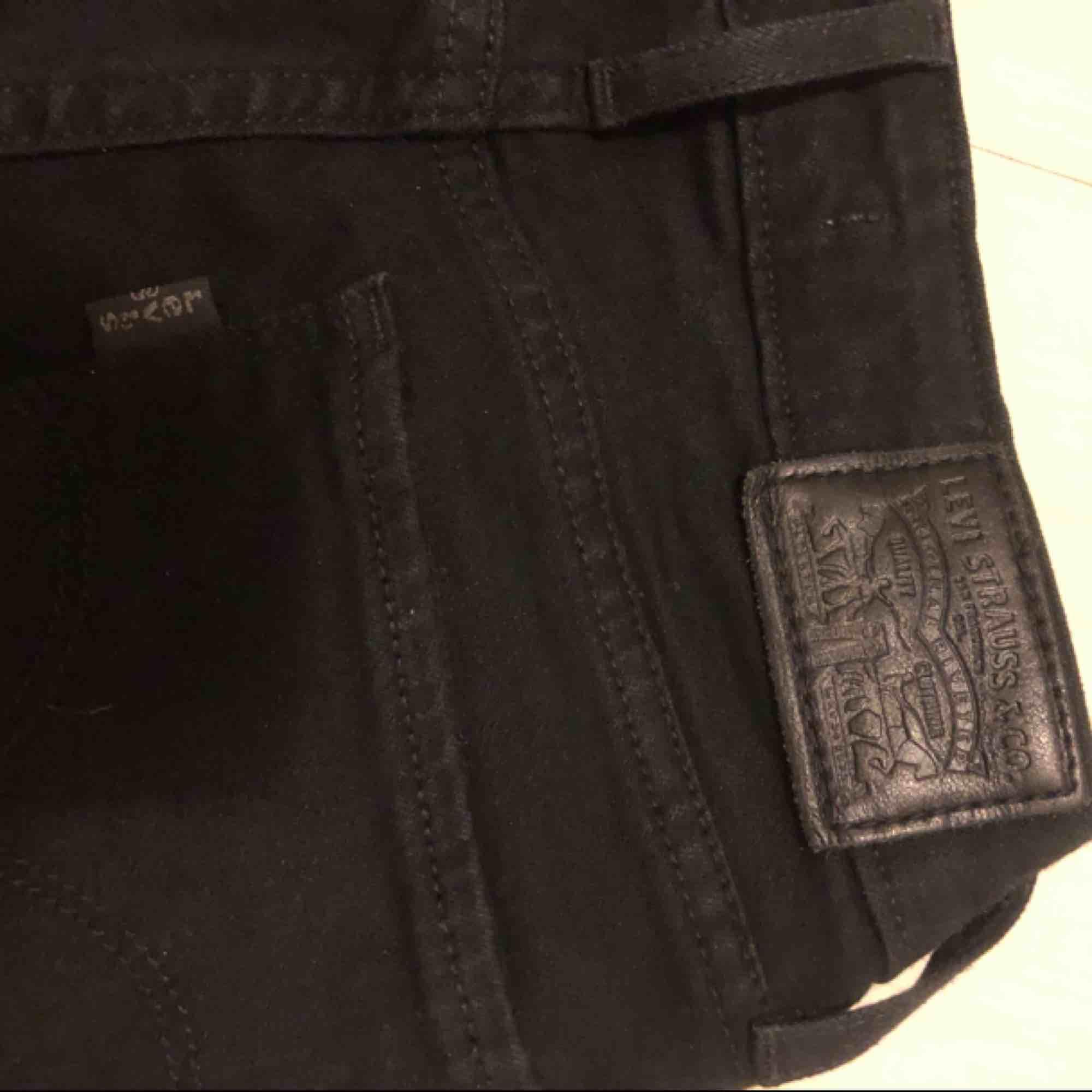 Fina svarta Levis Bootcut jeans, använda fåtal gånger. Storlek 25. Jeans & Byxor.