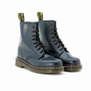 """Nästan helt oanvända Dr. Martens köpta i New York för 2500kr! """"Dr. Martens Blue Leather Ankle Boots"""" OBS! Ej svarta, väldigt mörkblå/mörkgröna!!! (Ser svarta ut) Kan mötas upp beroende på var, annars står du för frakt!"""