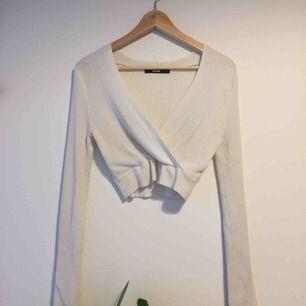 Fin kort tröja i använt skick. Tröjan är från bikbok. Frakten igår i priset!:)