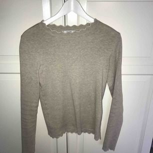 En beige tröja från Mango med vita volangsömmar längst kanterna. Storlek S, använd endast en gång så säljer pga att den tyvärr aldrig kommer till användning. 120kr exkl frakt
