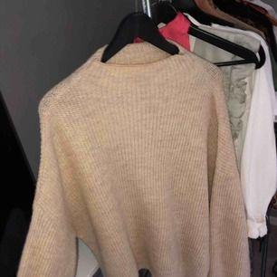 Knappt använd stickad tröja från nakd storlek xs💛