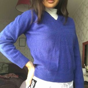 Fin stickad blå tröja i strl xs. Den är använd 2 ggr då den är lite för liten för mig:/