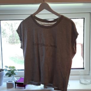 Grå calvinklein t-shirt. Knapt andvänd.
