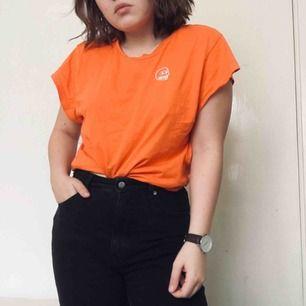 Cheap monday t-shirt orange med liten dödskalle på framsidan. Sparsamt använd.  Köparen står för frakt, kan alternativt mötas upp i Västerås.