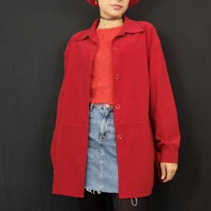 Superfin röd skjorta i ett material som känns lite som sammet men är inte lika