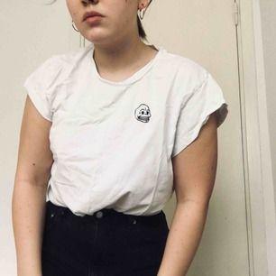 Cheap monday t-shirt vit med liten dödskalle på framsidan. Sparsamt använd.  Köparen står för frakt, kan alternativt mötas upp i Västerås.