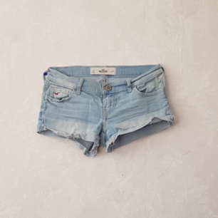 Shorts från hollister. Jag som har XS kan ha dom, men dom är rätt små i storleken. Köparen står för frakten.