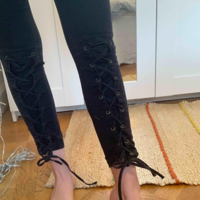 Byxor med knytband under knäna,  som är köpta för några år sedan! Frakt : 59kr ✨ samfraktar gärna! . Jeans & Byxor.