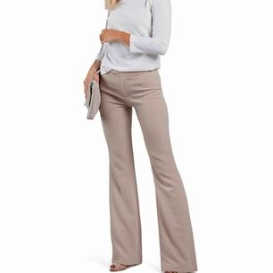 Sjukt snygga kostymbyxor i bootcut modell! Perfekt nudefärg! Tyvärr passar de inte! Använd endast en gång! Frakt ingår!