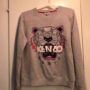 Säljer en kenzo tröja i jätte fint skick nästan aldrig använd då den va för liten 💛